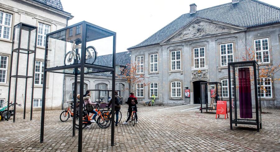 Den nye plads foran Designmuseum Danmark i København fortæller om, hvad det danske kunstindustrimuseum går ud på: At vise eksempler på godt design og kunsthåndværk.
