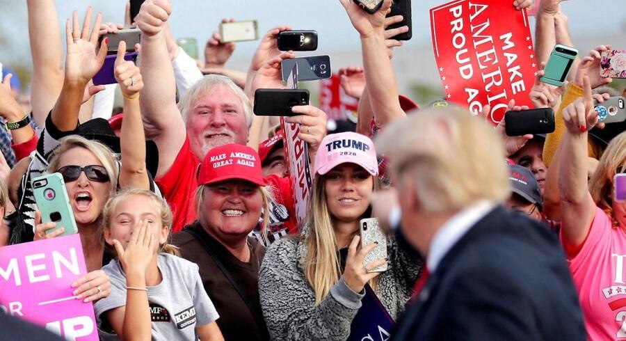 Støtter hilser på præsident Trump før et rally i Georgia,i søndags.