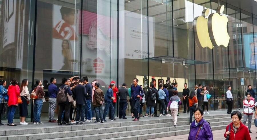 Køerne til nye iPhone-telefoner er ikke længere, som de har været tidligere, og nu lukker Apple for offentliggørelsen af sine styksalgstal. Arkivfoto: AFP/Scanpix