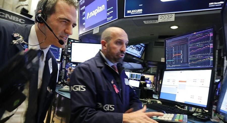New York. Børshandlere er i fuldt sving på handelsgulvet på børsen i New York. Der er ifølge eksperter tre overordnede scenarier for aktiemarkedernes reaktioner oven på tirsdagens midtvejsvalg i USA.