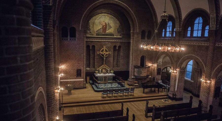 Apostelkirken på Vesterbro har flere iranere i menigheden, og hver søndag bliver højmessen tolket fra dansk til farsi, ligesom der bliver læst tekster højt på engelsk.