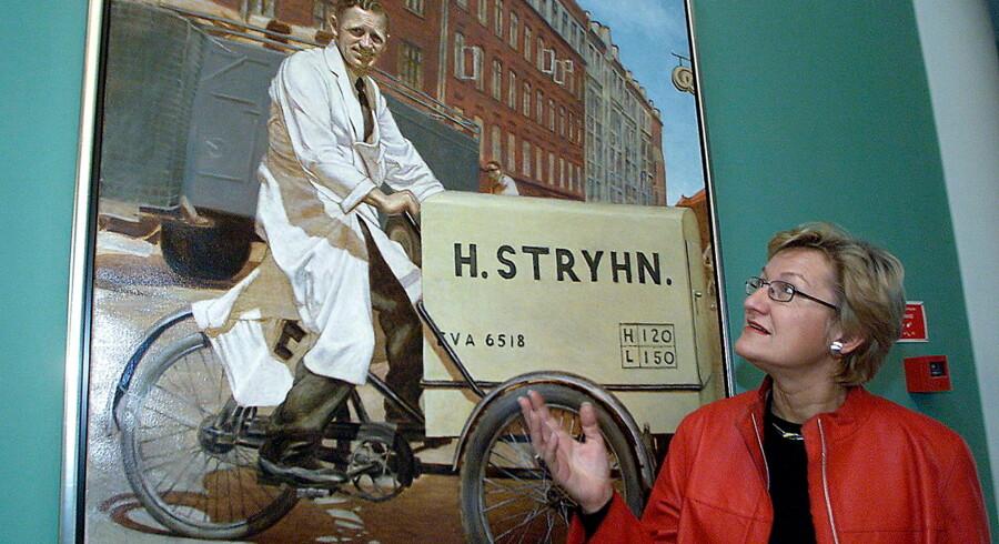 Elsebeth Stryhn, tidligere administrerende direktør og formand for Stryhns, ved et maleri af hendes far, grundlæggeren af virksomheden, Henry Stryhn. Arkivfoto: Bent K. Rasmussen / Ritzau Scanpix