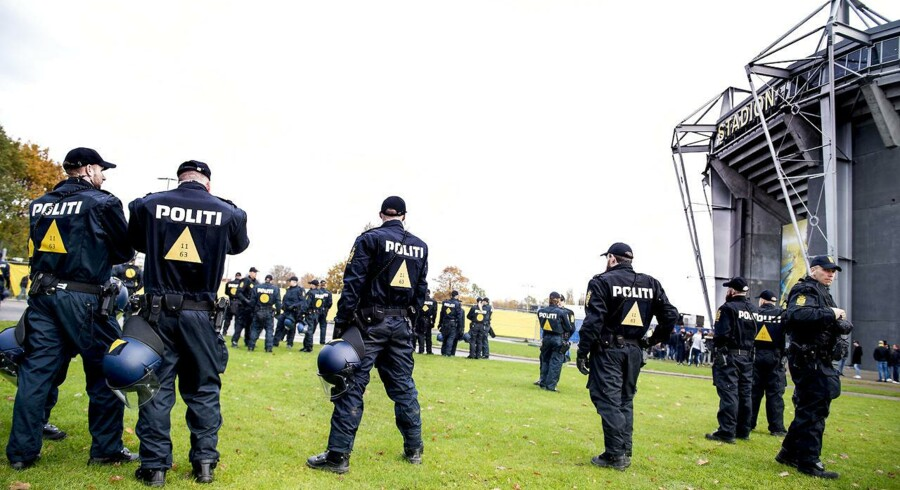 Trods massivt politiopbud endte søndagens opgør mellem Brøndby og FCK med over 70 sager, hvor betjente blev ramt af sten eller udsat for andre former for vold.