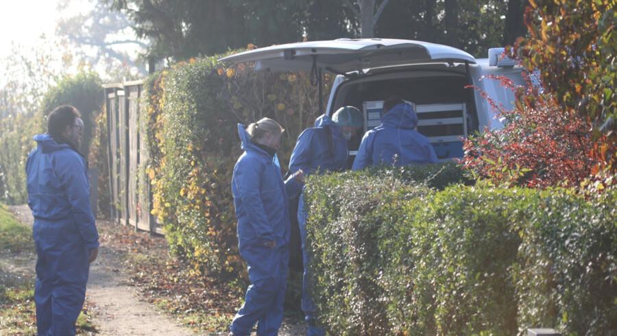 Politi, teknikere og arkæologer var til stede i en haveforening i Herlev tirsdag. Mathias øgendal/Ritzau Scanpix