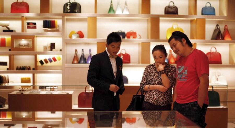 Kineserne er gået på jagt efter de dyre luksusvarer. Der er 270 mio. kinsere, der har en gennemsnitlig købekraft på linje med de sydeuropæiske lande. Der giver masser af muligheder for den danske eksport til Kina, der dog har det lidt svært i øjeblikket.