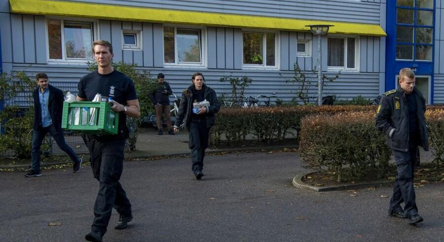 Ransagning i Ringsted. Politiet forlader en bolig på Ahorn Alle, hvor en af tre sigtede personer med tilknytning til bevægelse ASMLA bor.