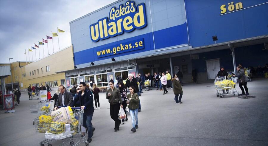Svenskerne har travlt med indkøb, men de køber ikke helt så meget dansk i øjeblikket. Den danske eksport til Sverige har det svært på grund af den svækkede svenske krone.