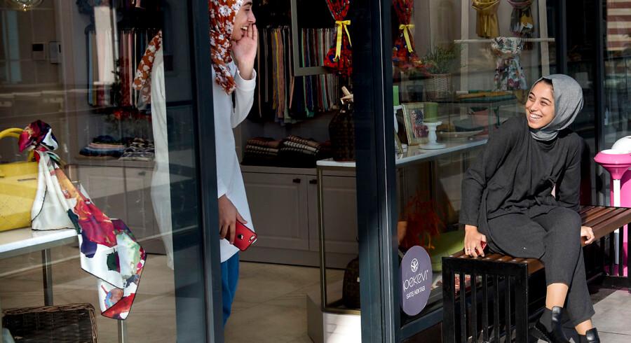 Modest Fashion er en boomende milliardindustri, som tilbyder mode, der ikke går på kompromis med muslimske kvinders ønsker om mere tildækning. Dem kommer der stadig flere af. Muslimske unge er den hurtigst voksende befolkningsgruppe og de bliver stadig mere købestærke. Her fra et udendørs storcenter i Istanbul kun med Modest Fashion.