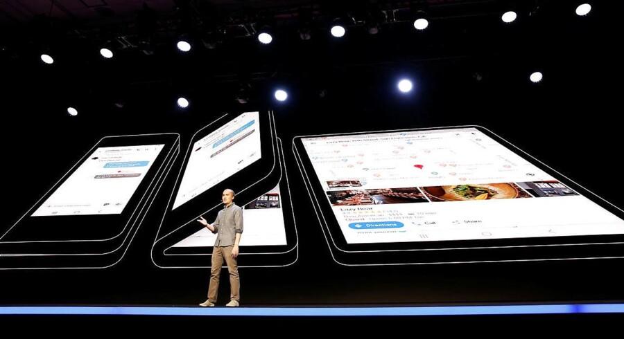 Glen Murphy, som er Googles ansvarlige for brugerfladen i Android-mobilstyresystemet, ses her på Samsungs udviklerkonference i San Francisco foran Samsungs nye mobiltelefon, hvor skærmen kan foldes ud. Foto: Stephen Lam, Reuters/Scanpix