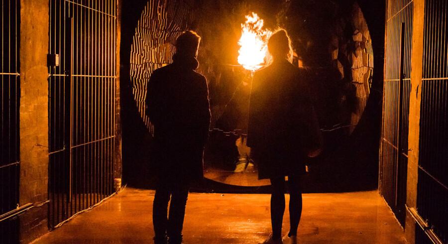 Blandt de forunderlige oplevelser, man kan støde på under vandringen i Jeppe Heins scenografiske installation i Cisternerne, er en flamme, der kommer ud fra væggen - og bliver større, jo tættere man kommer. Pressefoto