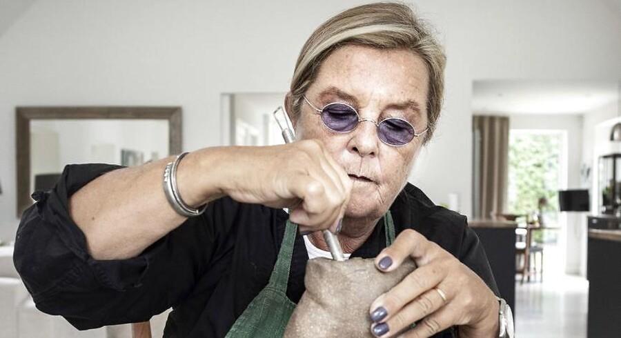 »Nu får hun lidt mere på hofterne for din skyld«. Bitte Kai Rand har vidst, at hun ville lave keramik siden 1975, hvor hun gik på Designskolen. Når hun engang holder op med at designe, vil hun begynde med keramik. Lige nu går hun på keramikkursus to gange om ugen – og så er hun på farmororlov.