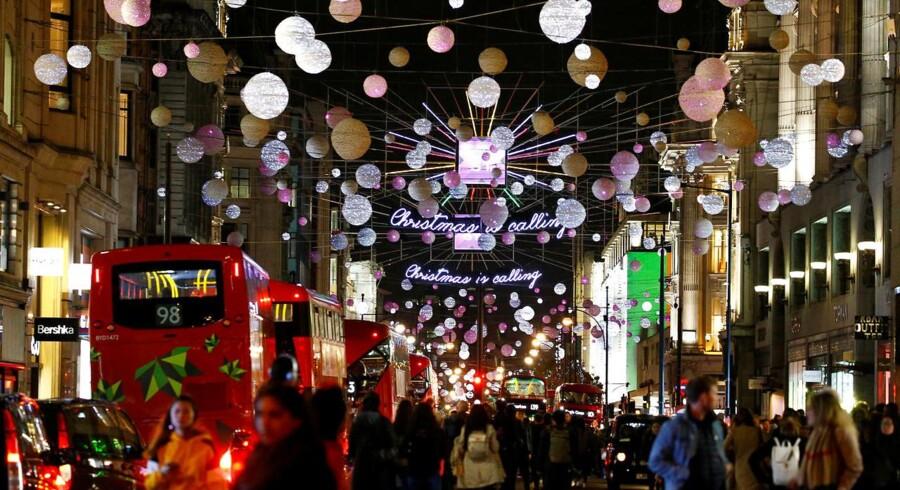 London er en af danskernes foretrukne byer at rejse til for at få ordnet juleshoppingen. Men shoppingturen står til at blive dyrere i år, hvis pundet fortsætter sin kurs opad. Foto: Reuters/Henry Nicholls/Ritzau Scanpix