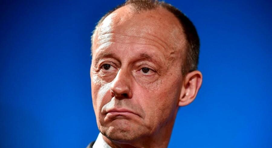 Ifølge de første meningsmålinger har CDUs tidligere gruppeformand, Friedrich Merz, der forlod politik til fordel for en erhvervskarrierre i 2009, stadig gode chancer for at blive valgt som ny formand for CDU. Men hans engagement i ikke mindst bankverdenen skaber nu voldsom debat. Og spørgsmålet er, om det vil svække ham yderligere frem til CDU-kongressen i Hamborg i begyndelsen af december.