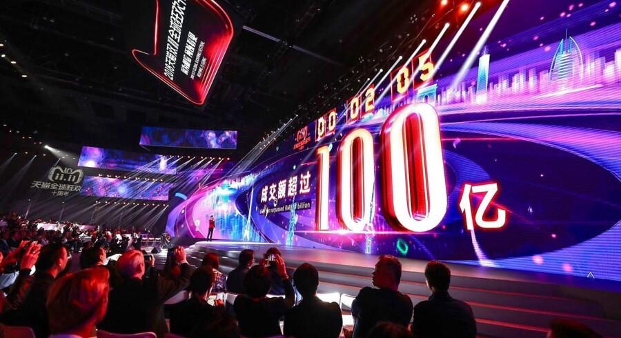 Allerede to sekunder inde i Singlernes Dag var der blevet solgt varer til en værdi af 1.437.752.505 dollar i Kina, hvor man på store skærme – her i Shanghai – kan følge udviklingen på den ubestridt største handelsdag.