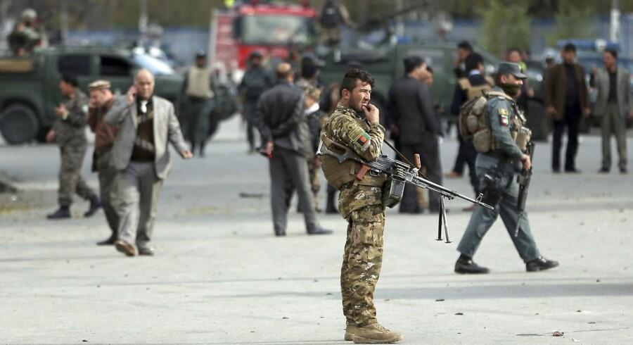 I løbet af weekenden er snesevis af afghanske politifolk og bevæbnede civile dræbt i kampe med Taliban, der i dag kontrollerer knap halvdelen af Afghanistan. Bevægelsen retter stort set dagligt angreb mod landets sikkerhedsstyrker. Samtidig forsøger Rusland nu at spille en rolle i afghanske fredsforhandlinger, fordi Vesten har tabt krigen i Afghanistan, siger russisk udsending.