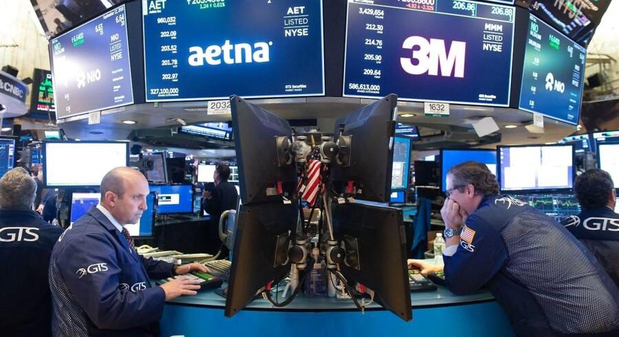 De amerikanske aktier kom under pres efter en nedjutering fra en af Apples underleverandører (Photo by Bryan R. Smith / AFP)