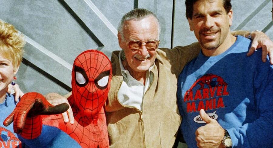 Stan Lees superhelte inkarnerer den spektakulære heroisme, der har præget USA efter den Anden Verdenskrig. Her poserer den nu afdøde Stan Lee (i midten) sammen med »Spider-Man« og skuespilleren Lou Ferrigno, der havde hoevdrollen i Tv-serien »The Incredible Hulk«. REUTERS/Fred Prouser/File Photo