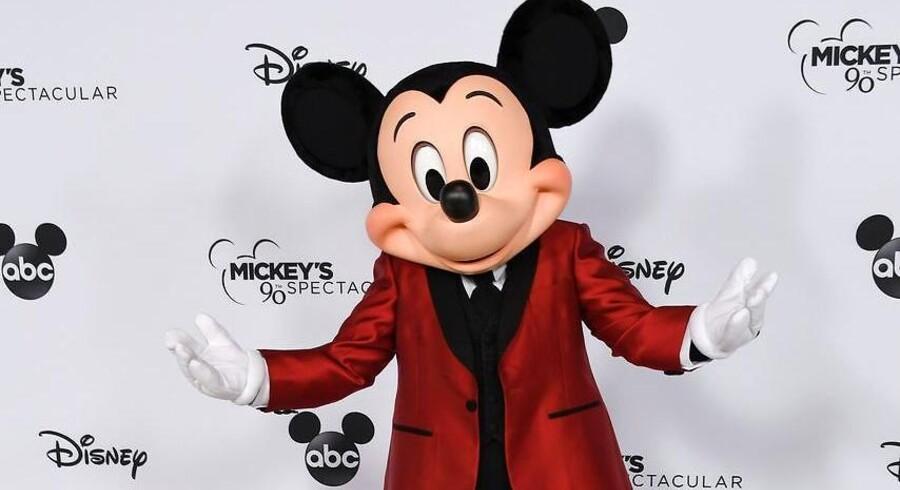 Mickey Mouse kan i dag fejre sin 90 års fødselsdag. Alderen tynger musen, der kæmper med sit bedagede image.