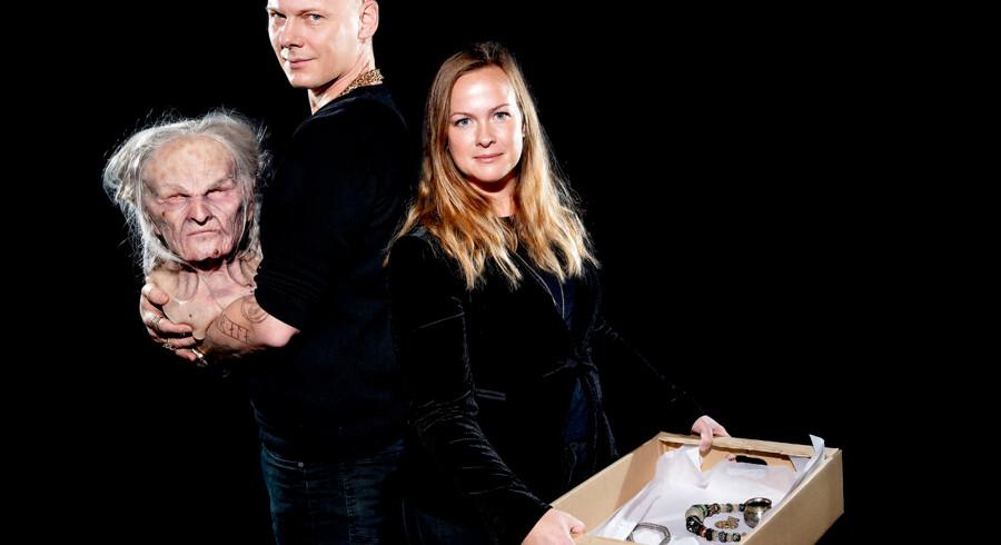 Jim Lyngvild og arkæolog Jeanette Varberg har sammen designet Nationalmuseets kommende vikingeudstilling. Udstillingen er en blanding af Jim Lyngvilds visuelle fortolkning af vikingerne og museets udstillingsgenstande. Her holder Jim Lyngvild et vølvehoved og Jeanette en kasse med genstande, som de seks hoveder skal beklædes med.