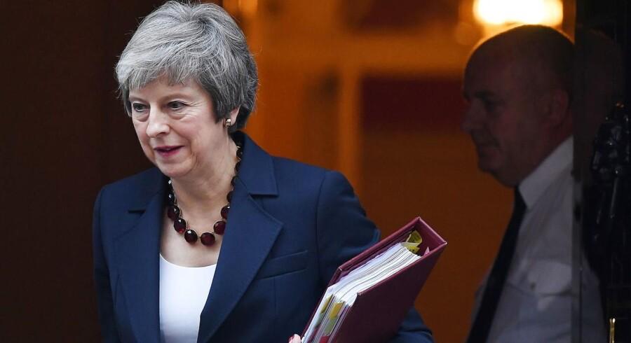 Theresa May satser på sine ministrers opbakning i dag, når de mødes for at diskurete Brexit-aftalen. Foto: EPA/ANDY RAIN/Ritzau Scanpix