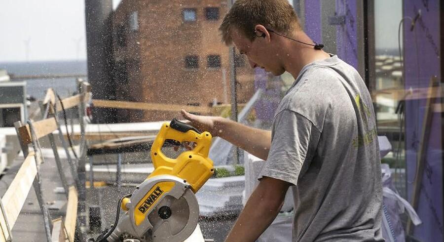 Flere og flere danskere udfører selv større arbejder på deres boliger, men man skal være opmærksom på, hvilke opgaver man dog ikke selv må give sig i kast med.