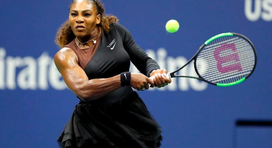 Serena Williams er stærk og muskuløs og en formidabel tennisspiller. Gennem hele sin karriere har hun været genstand for kommentarer om sin fremtoning. Her spiller hun ved US Open, hvor ordet »Logo« står i anførselstegn på hendes tøj designet af Virgil Abloh.
