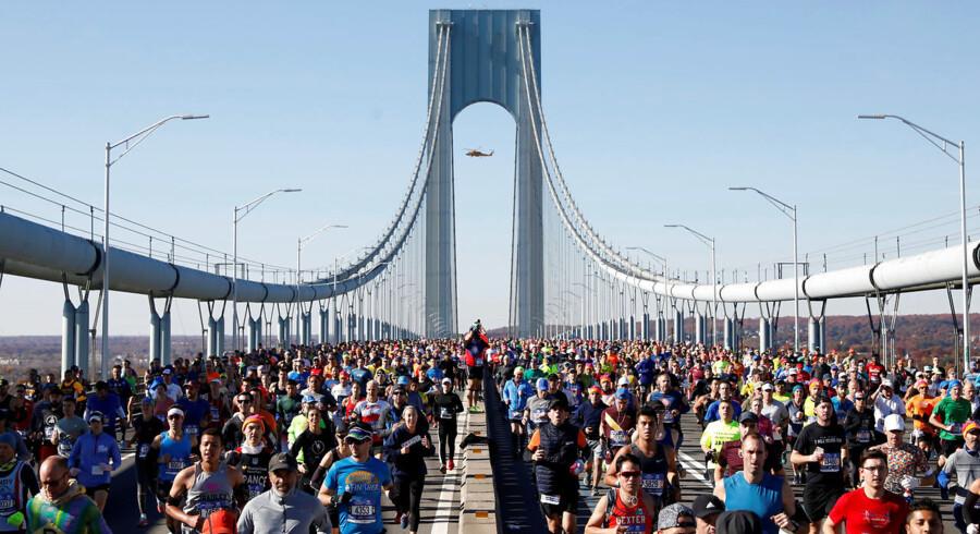 Den ikoniske Brooklyn Bridge fyldt med de 52.700 løbere.