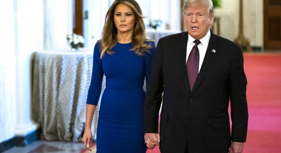 USAs præsident Donald J. Trump og førstedame Melania Trump i Det Hvide Hus i Washington D.C. USAs præsident er i færd med at fortælle en økonomisk historie til de amerikanske vælgere, skriver Ulrik Bie: Det tager tid og gør ondt at rette op på årtiers fejlslagen politik, men Donald Trump angriber ethvert forhold, der skader den amerikanske middelklasse. Og indtil videre går det godt
