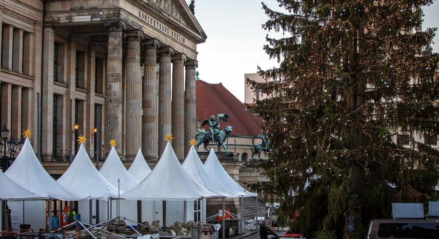 Tyskerne tæller ned til, at de traditionelle julemarkeder åbner. Men i år hænger der bogstaveligt talt skyer over markederne. Arrangørerne bag markederne frygter, at de snart ikke kan få julegløggen frem, hvis flere tyske byer rammes af kørselsforbud for dieselbiler.