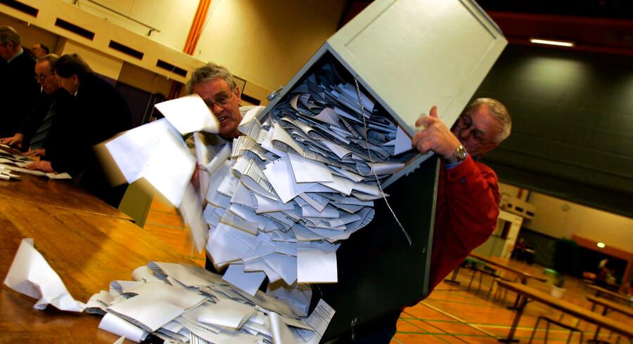 Optælling af stemmer på Fredericias største valgsted Fredericia Gymnasium tirsdag den 8. februar 2005.