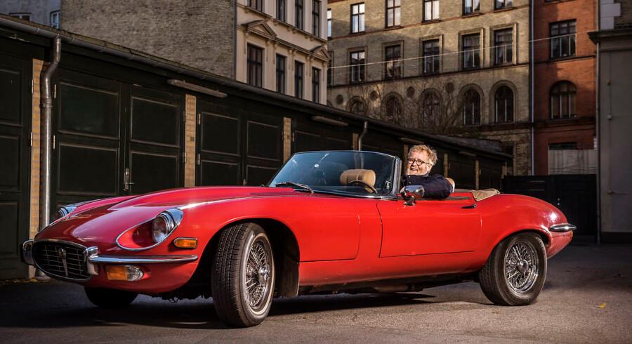Hans Chr. Schram Viemose med sin Jaguar E-Type V12 Series III fra 1973. En bil, der oprindeligt blev solgt i USA og kørte i mange år i New York i farven kongeblå, inden den kom til Sverige, blev omlakeret og til sidst endte på Frederiksberg.