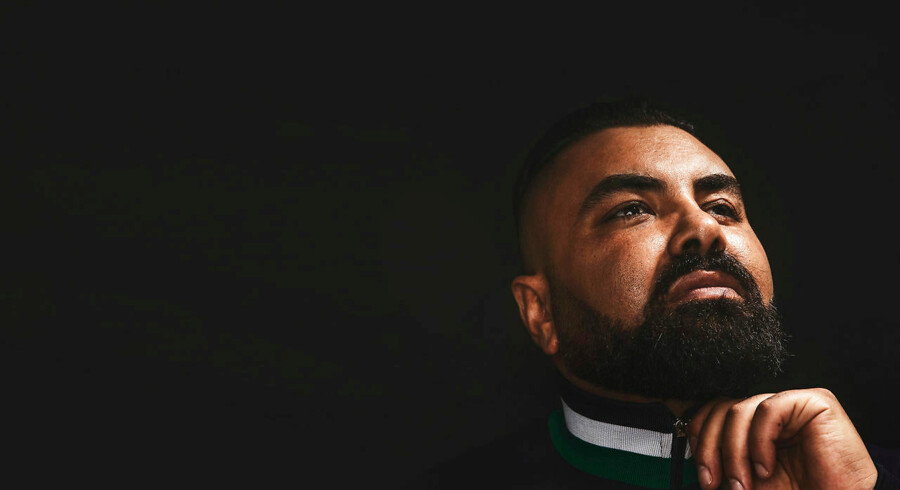Nedim Yasar var en mand med mange prædikater. Tidligere bandeleder, radiovært, skuespiller, kommentator, pædagogstuderende. 19. november kunne han føje »bogmedvirkende« til rækken af titler – det var lige før han blev skudt.