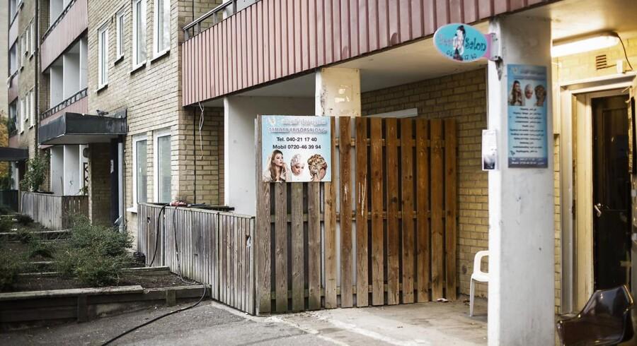 Tidligt ondsag morgen er bygningen med den eksplosionsramte restaurant i Malmø-ghettoen Rosengård stadig afspærret af politi, skriver Aftenposten. Billedet stammer fra et andet sted i Rosengård.