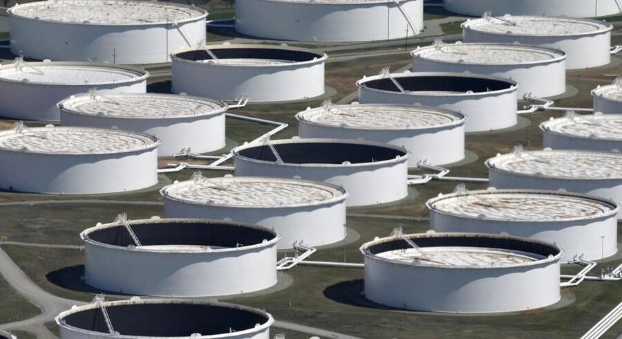 De amerikanske olielagre i Cushing, Oklahoma, er vokset de seneste uger og en med til at sende olieprisen nedad. Det glæder Præsident Trump.