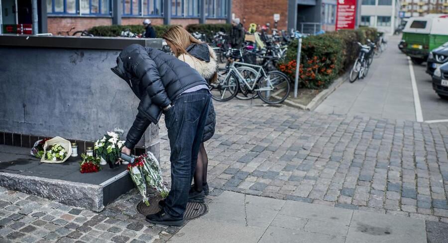 Tirsdag begyndte sørgende at lægge blomster ved det gerningssted på Hejrevej i København, hvor radiovært og tidligere bandeleder Nedim Yasar mandag aften blev skuddræbt.