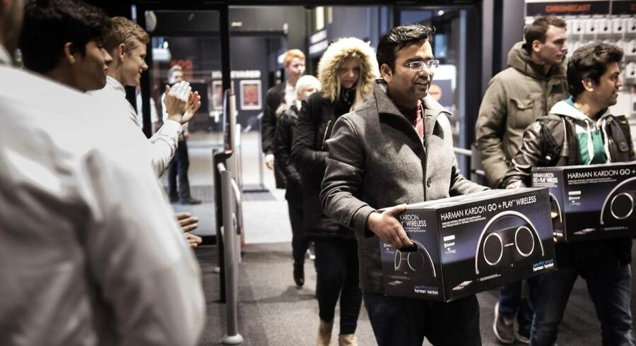 Mange står klar til at hive varerne ned af hylderne, når butikkerne slår dørene op på Black Friday. Ifølge en ny undersøgelse er elektronik særligt eftertragtet hos mændene, mens det hos kvinderne særligt er tøj, sko eller accessories. Billedet er fra Black Friday i Herlev i 2015.
