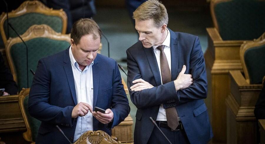 Martin Henriksen og Kristian Thulesen Dahl fra Dansk Folkeparti mener, at Grundloven kun gælder for danskere. Men det passer ikke, og det er problematisk at benægte fakta, lyder det fra professorer.