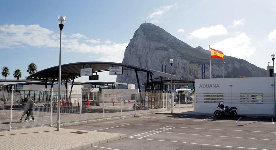 Gibraltar, her set fra den spanske side af grænsen, omfatter blot syv km2 og 30.000 indbyggere. Men det betændte spørgsmål om den britiske enklave på sydspidsen af Den Iberiske Halvø kan blive afgørende Brexit-aftalens skæbne.