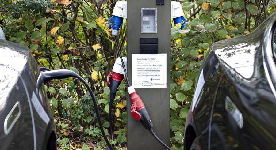 Svenskerne er langt mere ambitiøse, når det gælder om målet for en fossilfri bilpark, og Sverige har i sin klimalov opstillet konkrete mål for den samlede reduktion af CO2. Til gengæld er Danmark foran Sverige med lempelig parkering for elbiler og konkrete investeringer i hurtigopladere til biler. Foto: Henning Bagger/Ritzau Scanpix