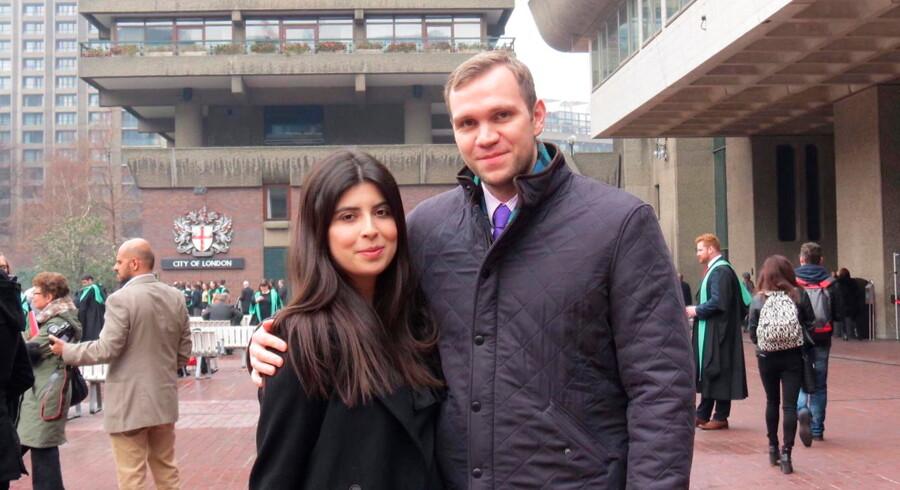 Den britiske ph.d.-studerende Matthew Hedges sammen med sin kone, Daniela Tejada, fotograferet i London. Onsdag blev han idømt livsvarig fængsel for spionage i Forende Arabiske Emirater. Arkivfoto: Ritzau Scanpix