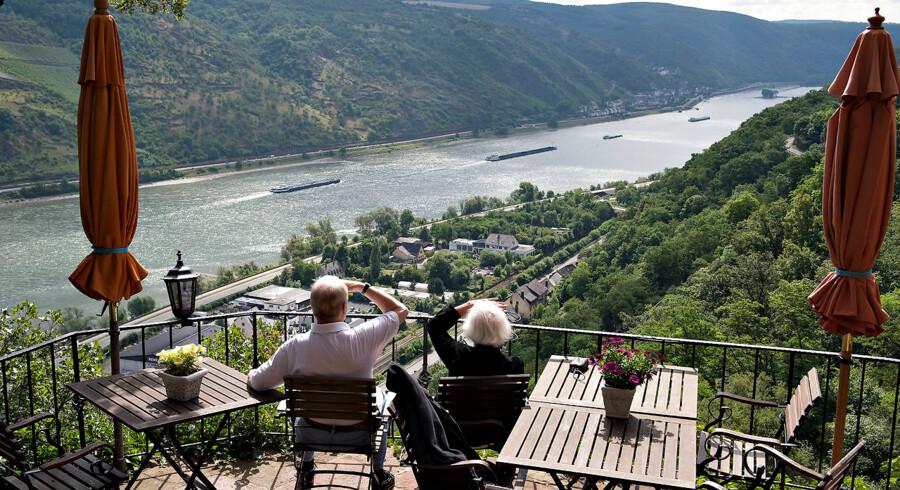 Fremtidens pensionister får mindre udbetalt, end de hidtil har fået oplyst. Her er det et pensionistpar, der nyder deres otium og synet over Rhinen fra en terrasse over Oberwesel.