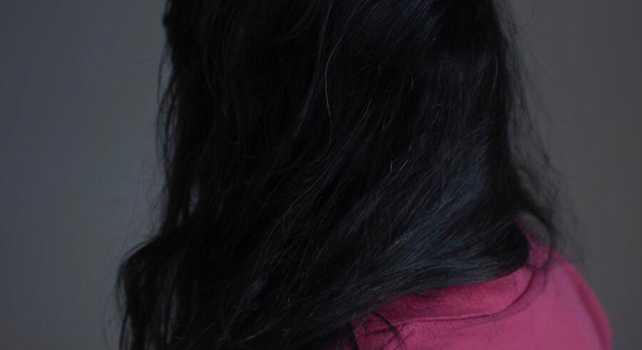 Filippinske Nenita blev gift med en dansk mand, men det var ikke noget lykkeligt ægteskab. Hun blev udsat for vold, men i flere år blev hun sammen med ham. Hun frygtede at blive sendt tilbage til Filippinerne og at miste kontakten til sin datter, som han havde adopteret.