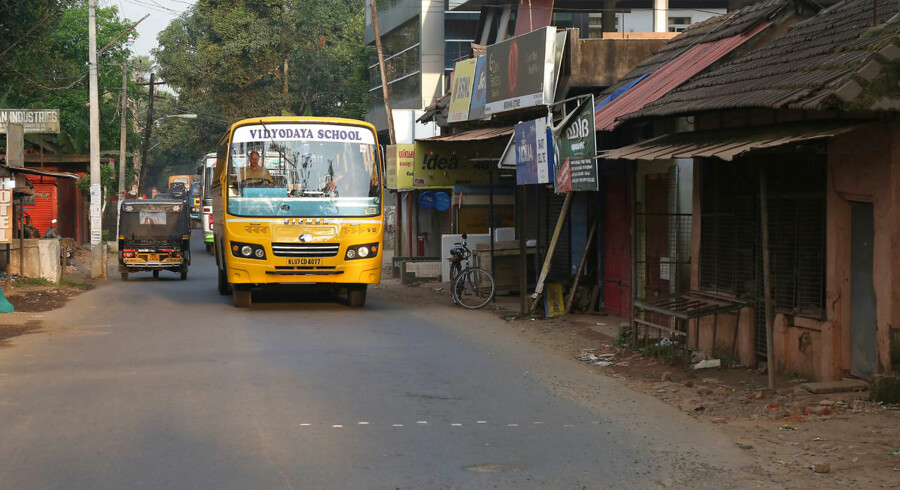 Billedet er et arkivfoto og ikke fra den respektive ulykke. Mindst 25 - herunder en række skolebørn - er dræbt i en busulykke i Indien.