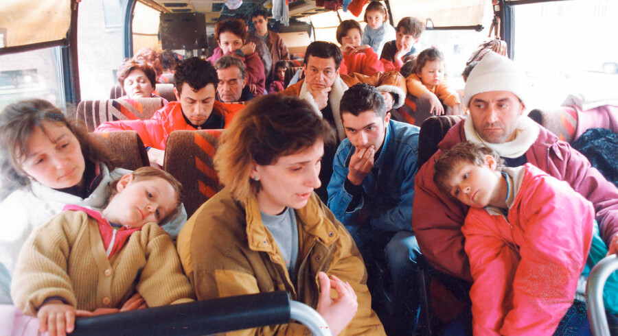 Da tusindvis af bosniske flygtninge for 25 år siden kom til Danmark, var det ikke planen, at de skulle integreres. Men krigen i Bosnien viste sig mere kompliceret og langvarig end forventet. Her ses bosniske flygtninge på vej til flygtningcenteret Avnstrup i 1993.