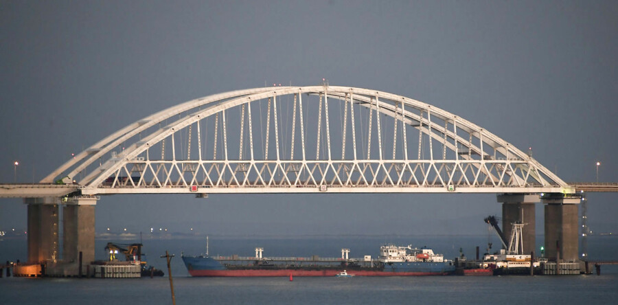 Rusland blokerede i weekenden for gennemsejlingen af Kertjstrædet; bl.a. ved at lægge et fragtskib for anker på tværs af indsejlingen. Foto: Ritzau / Scanpix / AP