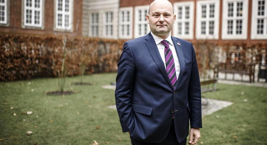 Landets forsvarsadvokater skal underlægges skærpet tilsyn, fordi de er mere tilbøjelige til at begå regelbrud end andre advokater, mener justitsminister Søren Pape Poulsen. Justitsministeriets egen rapport konkluderer ellers det modsatte.