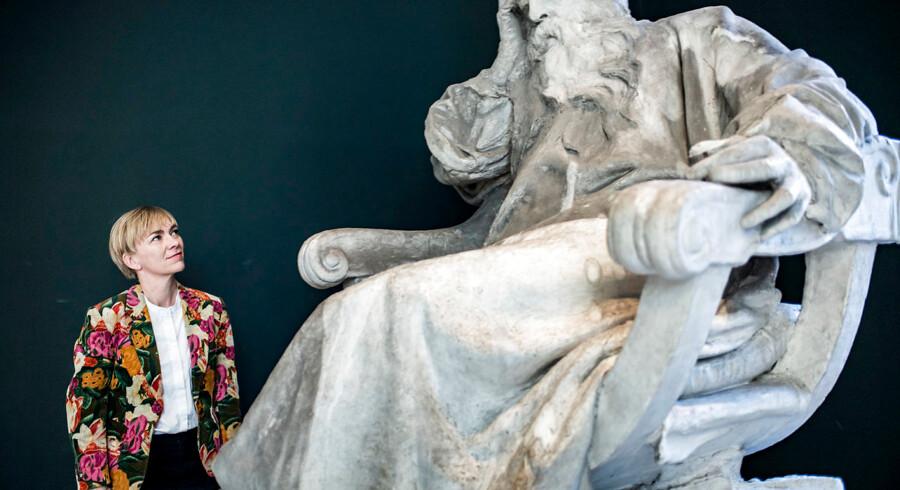 Christine Buhl Andersen, direktør for Ny Carlsberg Glyptoteket, i godt selskab med billedhuggeren Antonin Merciés originale gipsmodel af maleren Jean-Louis-Ernest Meissonier fra 1895. »Skulpturen har i årtier stået hengemt på et magasin, men skuer nu ud over museets vinterhave, medens Glyptotekets konservator er ved at rense den og føre den tilbage til fordums pragt,« fortæller hun.