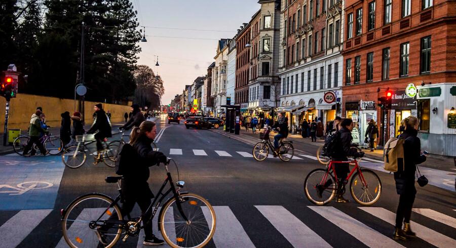 Nørrebrogade er to kilometer lang, og det koster 180.000-190.000 kroner at hænge julepynt op. Det er der ikke råd til i år. Handelsforeningen har ikke fået penge nok ind fra de handelsdrivende i området.