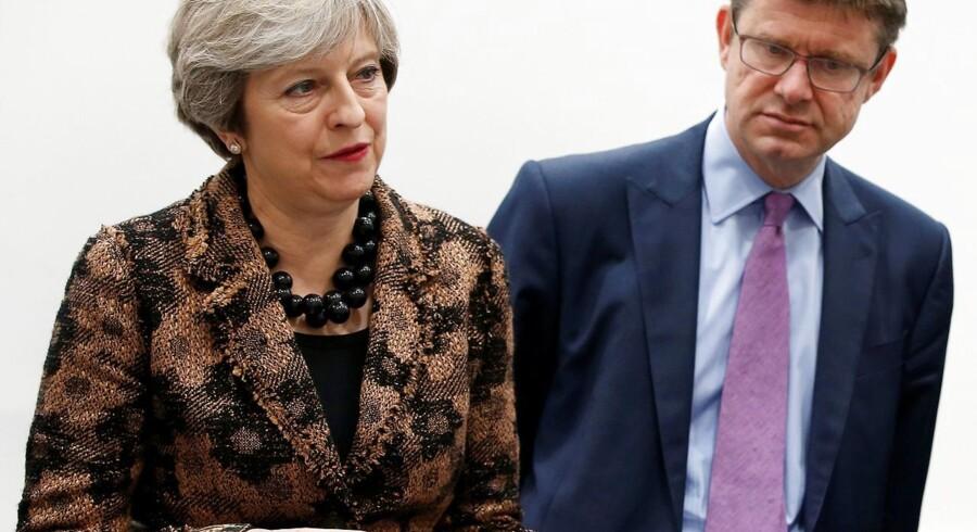 Storbritanniens erhvervsminister, Greg Clark (th.), vil stramme reglerne for britiske selskaber, der bliver brugt som skuffeselskaber.
