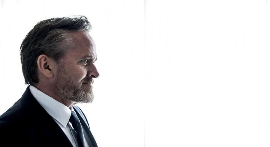 Udenrigsminister Anders Samuelsen får kritik for at posere med et billede med en cigaret i munden.